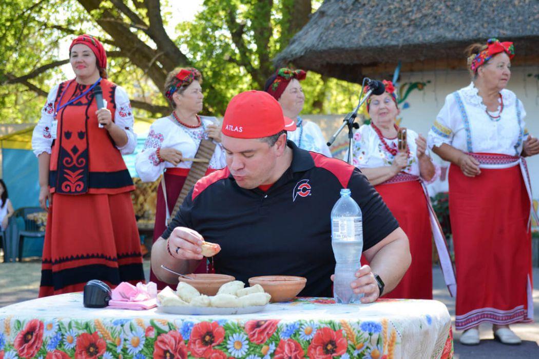 Поїдання страв національної кухні